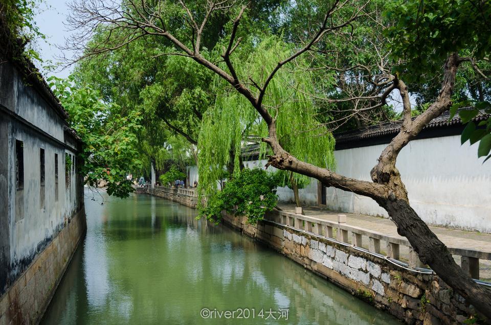 苏州耦园耦园的入口与动物园挨在一起,过桥是耦园,不过桥就是动物园.