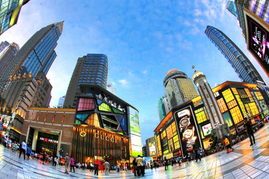 汉庭酒店重庆解放碑步行街店 酒店位于重庆市渝中区民权路27号(新华国际大厦7、8、9楼),地处经济、交通、文化旅游中心地带,出行公交、地铁四通八达。周边餐饮、娱乐让您尽情享受重庆味道和重庆生活。酒店全WIFI覆盖,还设有免费商务区、饮料机、擦鞋机;酒店设有自助洗衣机,解决长期出差在外商务人士的洗衣烦恼!优越的地理位置、完善的酒店配置、贴心专业的服务、是您商务出差、渡假旅游的不二选择。        【以上图片为效果图,仅供参考】 重庆动物园 地处重庆西郊,始建于1954年,占地45公顷,是国内大型规模的