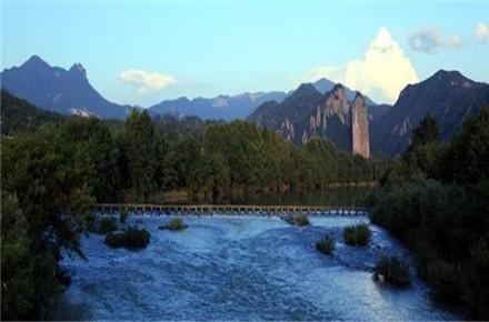 风景区分布于东西约10公里的练溪两岸,由姑妇岩,小赤壁,倪翁洞,鼎湖峰