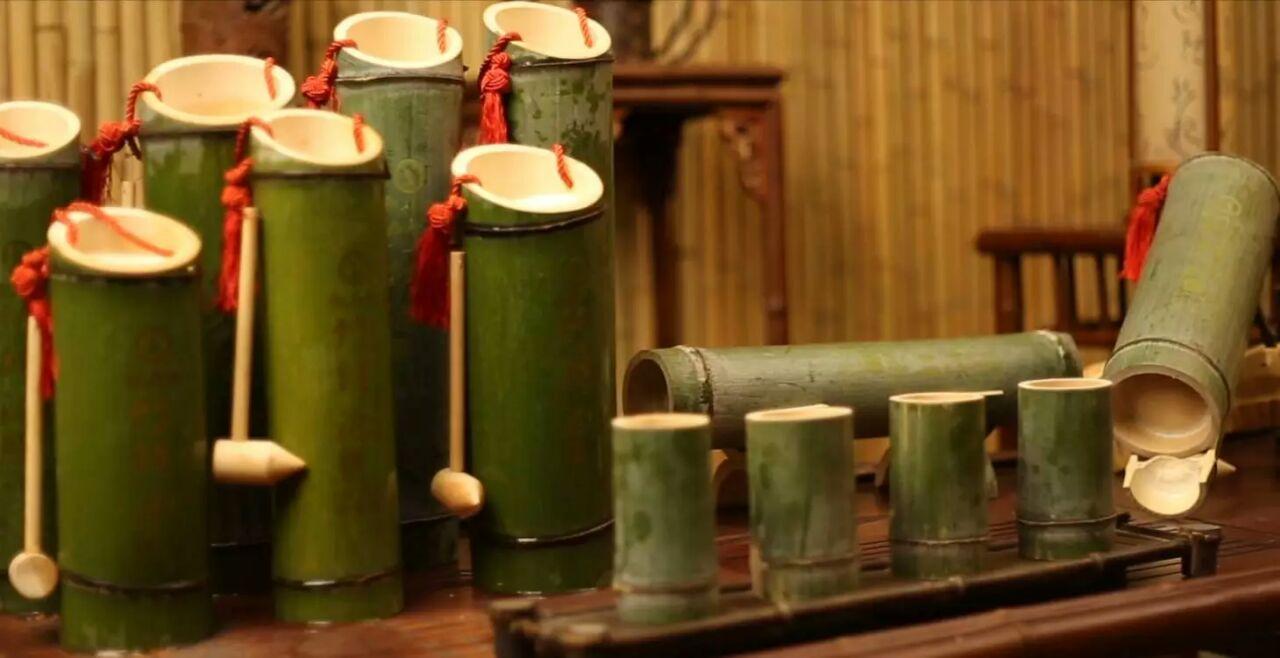 追答 做法:竹筒酒是在楠竹长到成型的时候,通过特殊的技术和手段把酒灌进去的,然后再让竹子和酒一起生长,是原生态的竹筒酒,没有经过任何的再处理和加工的。 追问 特殊技术可以详细谈谈 追答  在竹子还没有长硬化之前,在它关节处扎一个小小的眼,再用压力把粮好的酒罐进去,一个星期之后小眼就会像人的伤口那样慢慢长愈合.长硬化.然后把它锯下来。 解决方案2: 竹子酒是在楠竹长到成型的时候,通过特殊的技术和手段把酒灌进去的,然后再让竹子和酒一起生长,是原生态的竹筒酒,没有经过任何的再处理和加工的。 1.