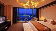 【驴悦亲子游】上海国丰酒店2天1晚,享双人自助早餐,上海长风海洋世界或上海乐高探索中心门票二选一,俯瞰长风公园的湖光山色,将上海天际线的美景尽收眼底。