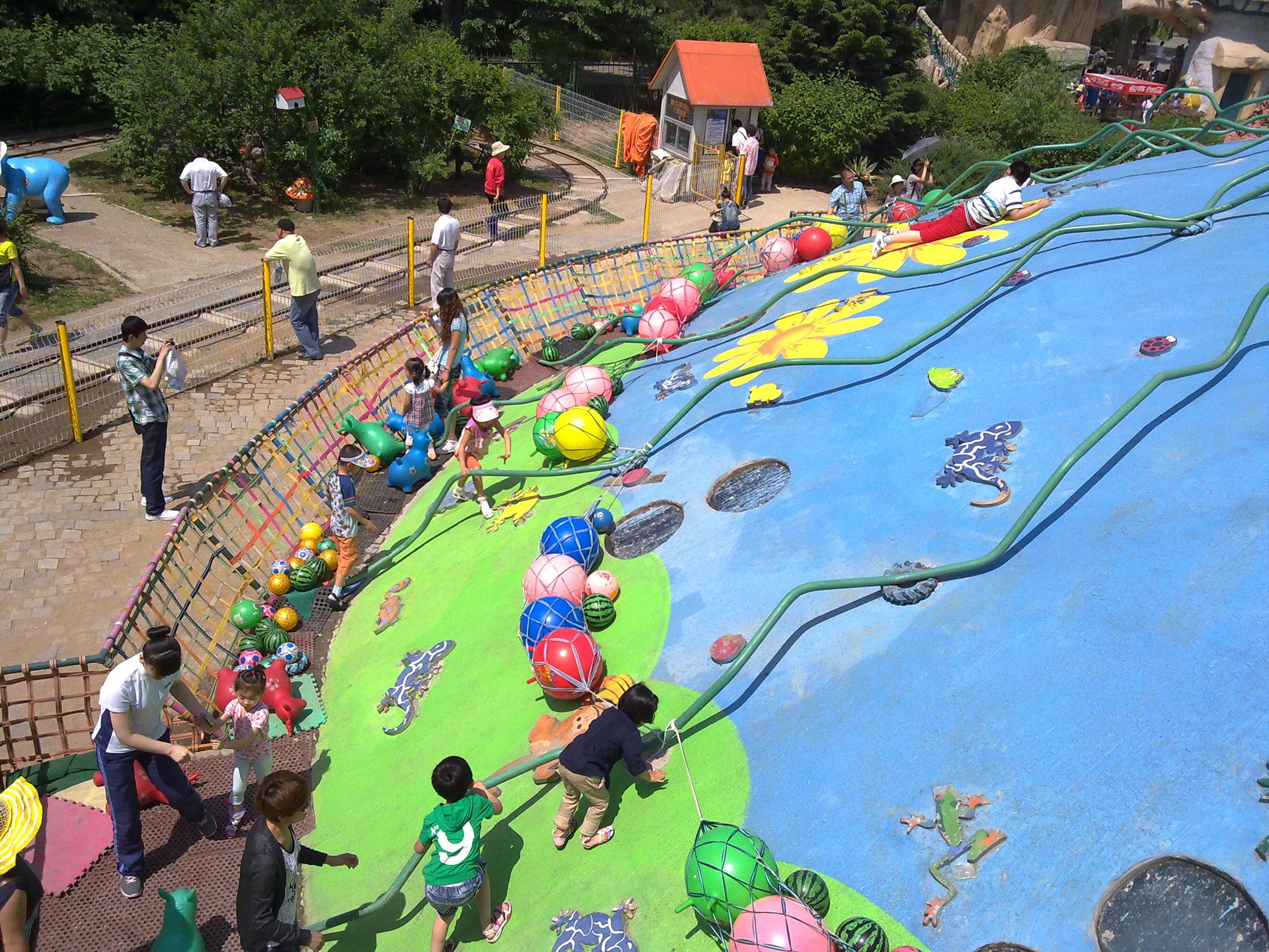 中山公园动物园的工作人员每天都在紧张的忙碌,为小朋友和动物避暑开出一个个凉方。 清凉水世界是小朋友的最爱 中山公园动物园为小朋友准备了儿童大型戏水池、大型组合喷水滑梯、儿童碰碰船、卡通动物喷泉广场,水上戏水吊桥等等,好一个清凉水世界。小朋友们在这里,尽情享受冲浪、戏水带来的凉爽,别有一番乐趣,真是家门口的水上乐园。 动物被特殊关照 为避免动物中暑,园方采取了多种防暑解热的方法,让动物安全度夏。猴子、香猪、鸵鸟尽情享受饲养员用水管送来的清凉,火鸡、孔雀、狐狸吃上了西瓜,猴子吃上了雪糕、真是让人羡慕。一
