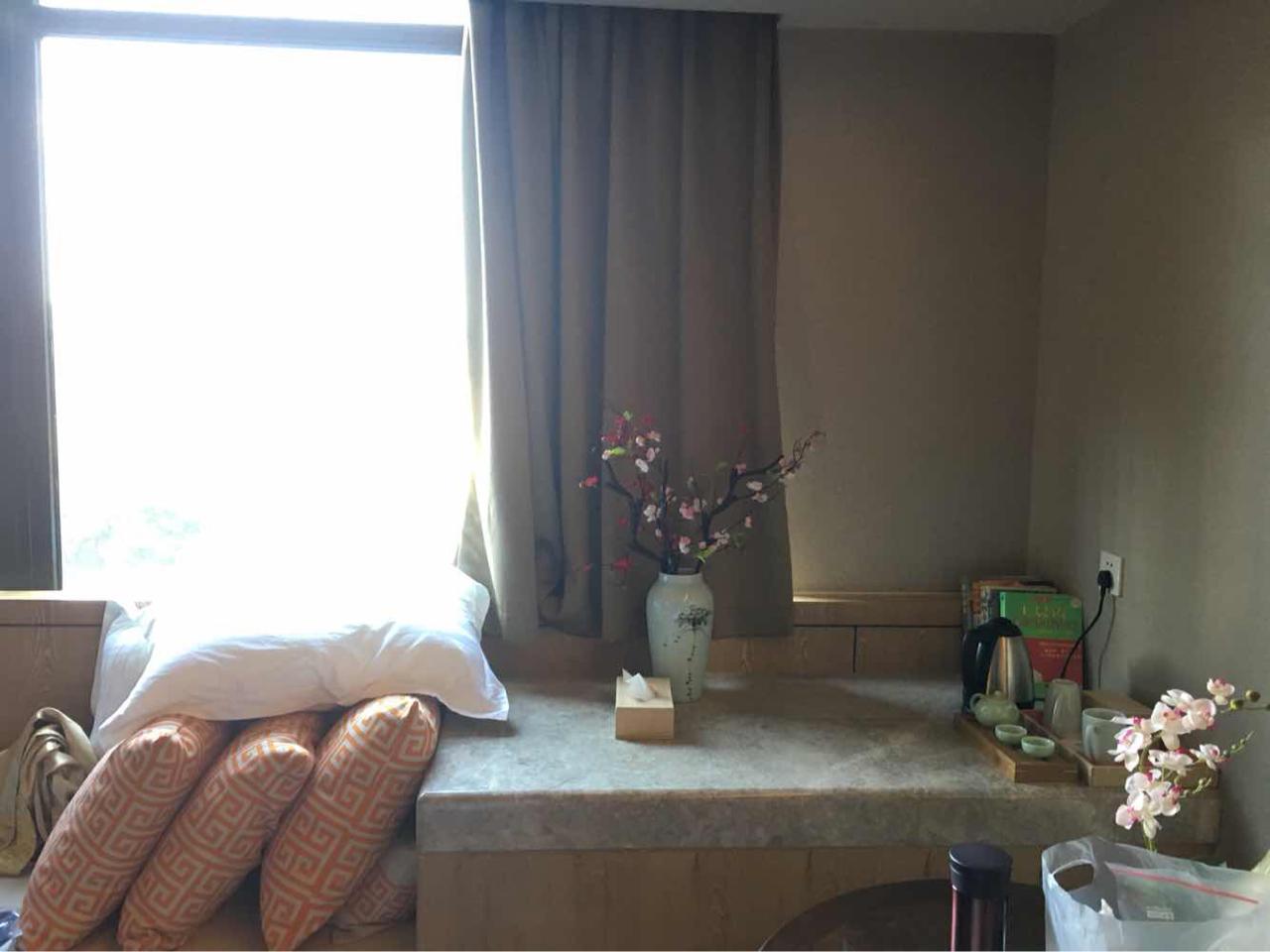 但一进入酒店,就被酒店典雅大方的新中式风格所吸引,走廊上有休闲沙发图片