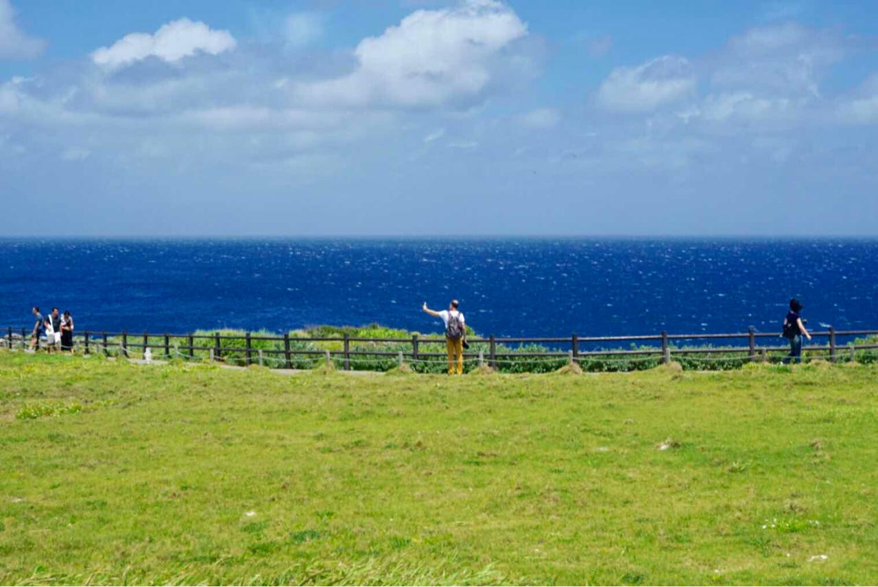 领队和导游相当尽责,可以说很满意了。冲绳的交通不是很方便,这种类似于自由行的旅程安排非常合适,一个团20几个人,团餐也安排的很好,我们每顿都吃的很饱,没办法再外出觅食,哈哈。 说一下风景,海洋馆和万座毛、古宇利岛都很不错,那里的海水颜色漂亮,没有污染。海鲜超级好吃的,海胆是甜甜的,没有一丝腥味。市区里买买买,有单轨车,买个1日票,什么景点都包括了,很值得,也很方便。